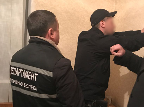 На Кіровоградщині затримали поліцейського, який носив в'язням торти знаркотиками